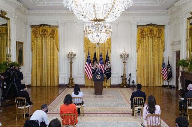 Họp báo lần đầu tiên tại Nhà Trắng, ông Biden khẳng định sẽ tái tranh cử - Ảnh 3.