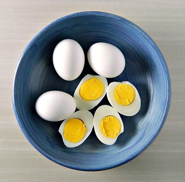 Người Việt cần từ bỏ thói quen ăn trứng luộc như thế này kẻo gây ngộ độc hoặc khiến món ăn mất sạch dinh dưỡng - Ảnh 1.