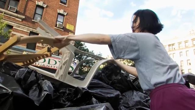 Cần mẫn kiếm đồ ăn trong thùng rác, mặc chiếc áo hàng chục năm không bỏ để tiết kiệm tiền mua nhà và kết quả bất ngờ - Ảnh 1.