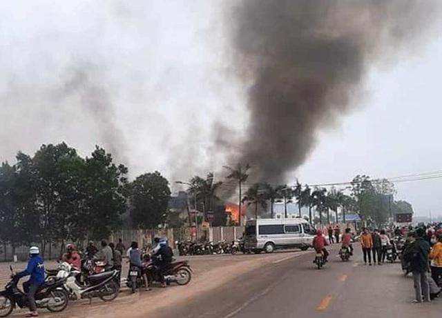 Cháy lớn tại nhà máy may IVORY ở Thanh Hóa  - Ảnh 1.