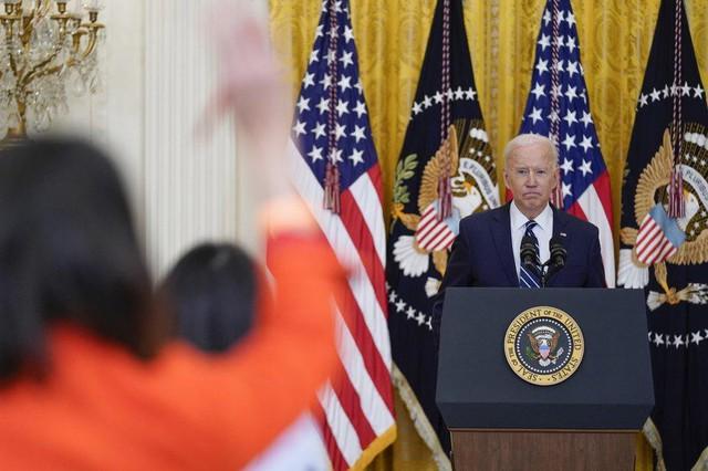 Họp báo lần đầu tiên tại Nhà Trắng, ông Biden khẳng định sẽ tái tranh cử - Ảnh 4.