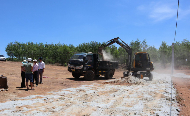 Cưỡng chế 2 tuyến đường làm trái phép để phân lô bán nền ở Bình Phước  - Ảnh 1.