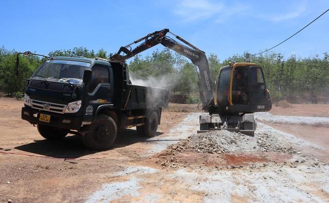 Cưỡng chế 2 tuyến đường làm trái phép để phân lô bán nền ở Bình Phước  - Ảnh 2.