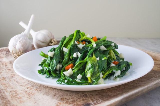 Các loại rau xanh đậm rất ngon và bổ dưỡng, nhưng 2 đối tượng này cần cẩn trọng khi ăn kẻo khiến bệnh thêm nặng - Ảnh 1.