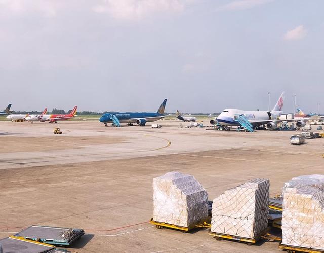 Máy bay lăn quá vạch dừng tại sân bay Nội Bài, tiềm ẩn rủi ro mất an toàn  - Ảnh 1.