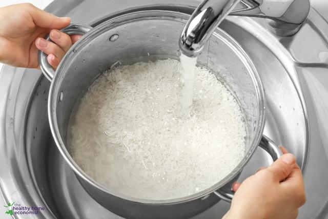 Chuyên gia Ấn Độ khuyên ngâm gạo trước khi nấu cơm: Lợi ích bất ngờ và 4 bước ngâm gạo đúng cách - Ảnh 1.