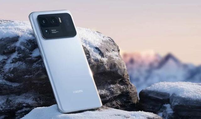 Xiaomi ra mắt điện thoại quái vật 2 màn hình, giá 900 USD - Ảnh 1.
