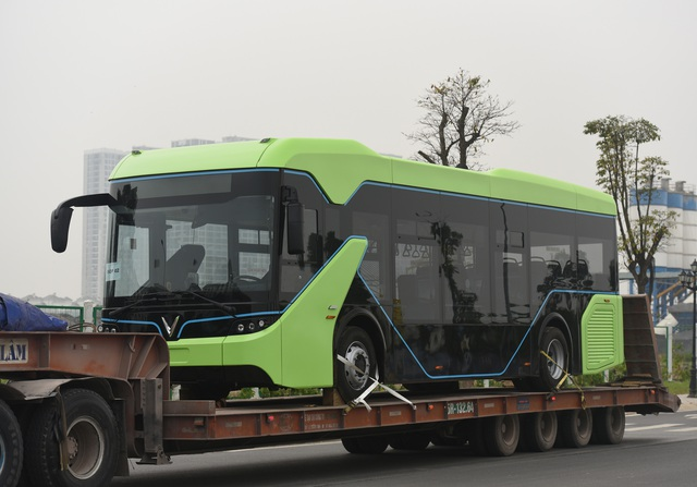 Lộ ảnh xe bus điện VinFast được vận chuyển về Hà Nội - Ảnh 1.