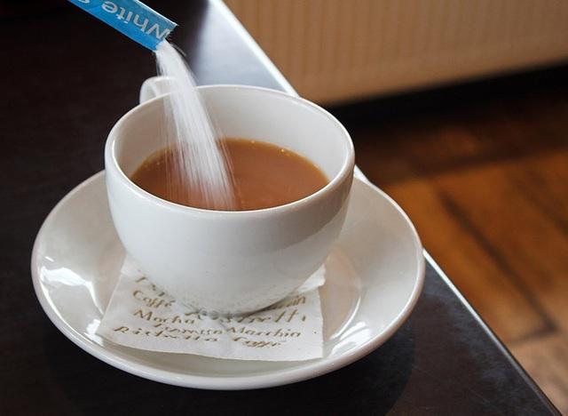 Vì sao không nên pha cà phê với sữa đặc, đường trắng? Top 5 nguyên liệu pha cà phê tồi tệ nhất - Ảnh 1.