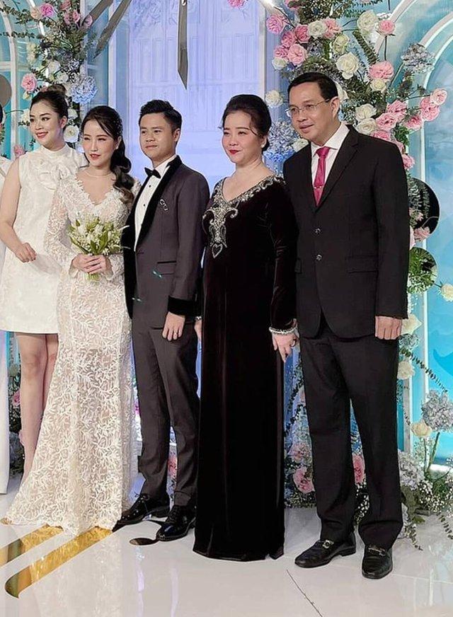Đọ sắc những bà mẹ đại gia của hội rich kid: Bà trùm hàng hiệu Thủy Tiên sở hữu thần thái đỉnh cao, mẹ Phan Thành bí ẩn nhất Sài thành - Ảnh 2.