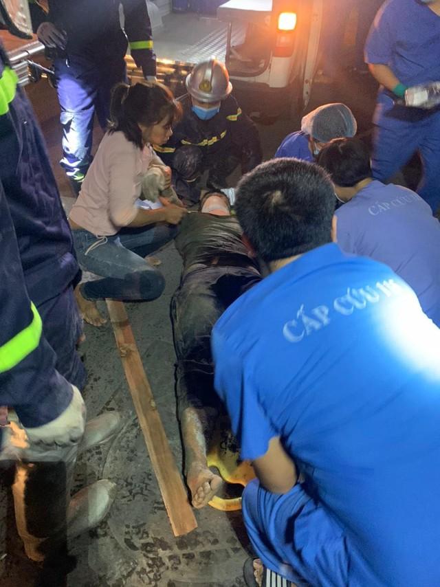 Giải cứu một người mắc kẹt trong vụ sập giàn giáo ở Hà Nội  - Ảnh 7.