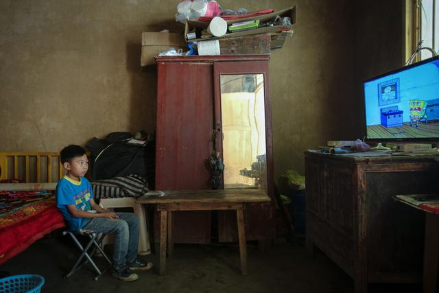 Vết sẹo của những đứa trẻ bị bỏ lại phía sau ở nông thôn Trung Quốc: Tuổi thơ vắng bóng cha mẹ, trưởng thành lại bước vào vết xe đổ đau lòng của thế hệ trước - Ảnh 1.