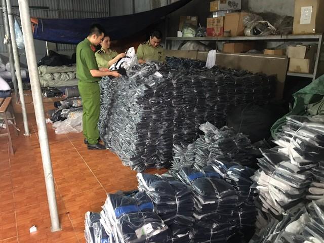 Triệt phá thêm 1 kho sản xuất quần áo giả mạo nhãn hiệu Adidas, Nike, Lacoste, Burberry quy mô lớn tại Hà Nam - Ảnh 3.