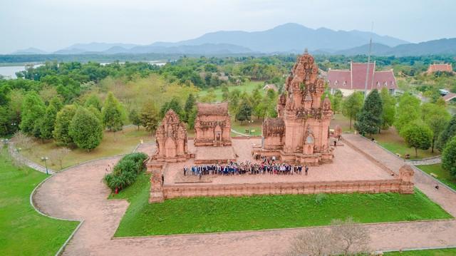 Làng Văn hóa - Du lịch các dân tộc Việt Nam - Cơ hội khi du lịch nội địa trở thành xu hướng? - Ảnh 1.