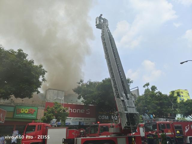 Cháy lớn cạnh trường học ở Sài Gòn, khói bốc cao nghi ngút, hàng trăm học sinh được sơ tán khẩn cấp - Ảnh 2.