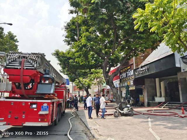 Cháy lớn cạnh trường học ở Sài Gòn, khói bốc cao nghi ngút, hàng trăm học sinh được sơ tán khẩn cấp - Ảnh 5.