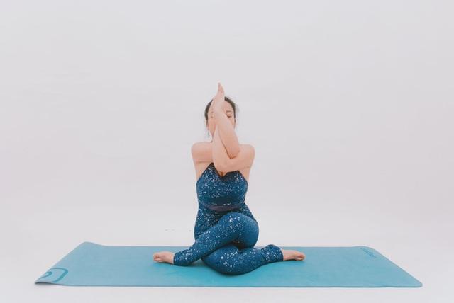Cô gái vàng Yoga VN: Bài tập dành cho người bị đau vai gáy, muốn hết bệnh thì tập luôn và ngay - Ảnh 6.