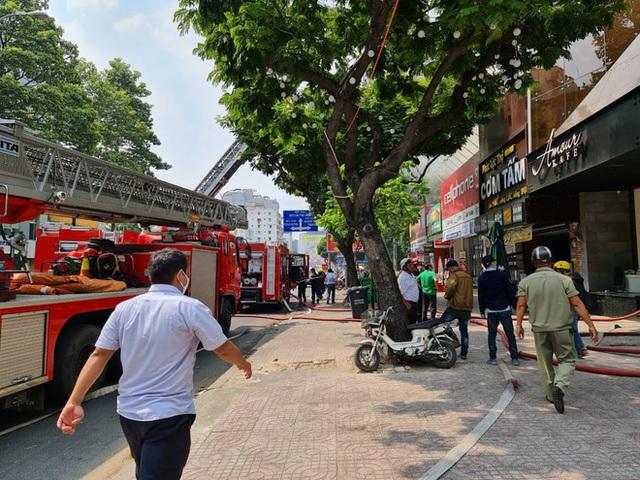 Cháy lớn cạnh trường học ở Sài Gòn, khói bốc cao nghi ngút, hàng trăm học sinh được sơ tán khẩn cấp - Ảnh 7.