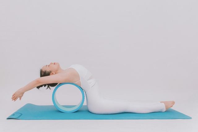 Cô gái vàng Yoga VN: Bài tập dành cho người bị đau vai gáy, muốn hết bệnh thì tập luôn và ngay - Ảnh 9.