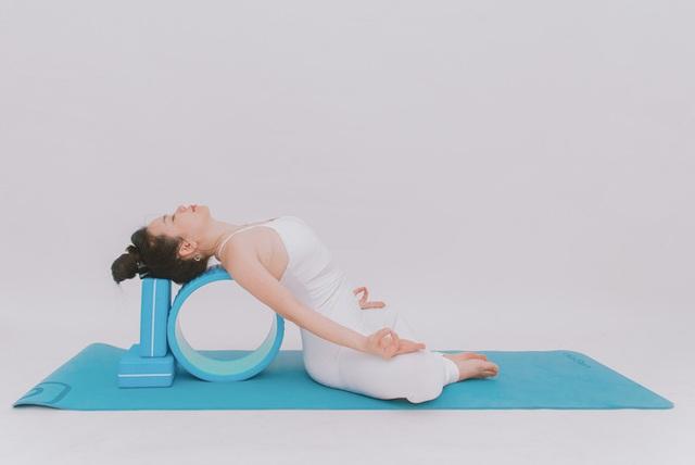 Cô gái vàng Yoga VN: Bài tập dành cho người bị đau vai gáy, muốn hết bệnh thì tập luôn và ngay - Ảnh 10.
