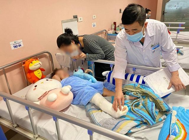 Bé gái 3 tuổi ngã từ tầng 12 chung cư ở Hà Nội dự kiến được xuất viện vào ngày mai - Ảnh 2.