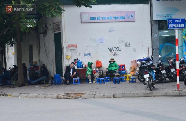 Ảnh: Trà đá vỉa hè Hà Nội vẫn bán tràn lan, bất chấp lệnh cấm phòng dịch Covid-19 - Ảnh 1.