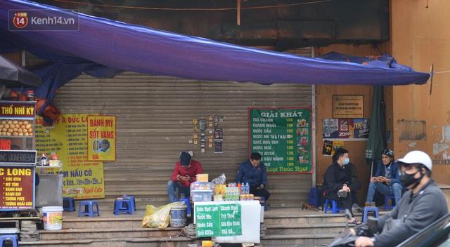 Ảnh: Trà đá vỉa hè Hà Nội vẫn bán tràn lan, bất chấp lệnh cấm phòng dịch Covid-19 - Ảnh 13.