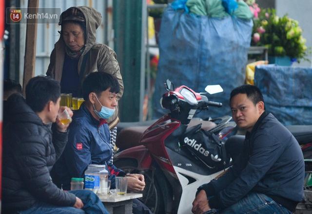 Ảnh: Trà đá vỉa hè Hà Nội vẫn bán tràn lan, bất chấp lệnh cấm phòng dịch Covid-19 - Ảnh 3.