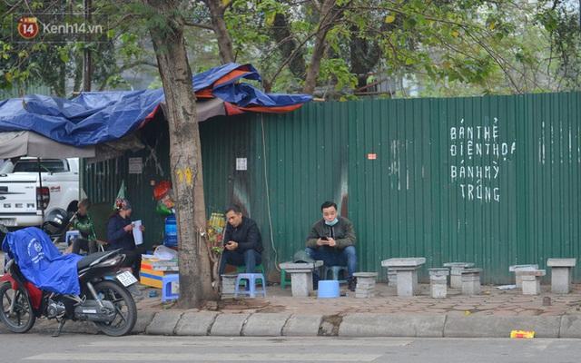Ảnh: Trà đá vỉa hè Hà Nội vẫn bán tràn lan, bất chấp lệnh cấm phòng dịch Covid-19 - Ảnh 8.
