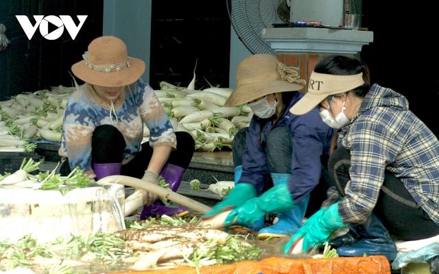 Giá quá rẻ, nông dân Hà Nội vứt bỏ củ cải, cà chua...đầy đồng vì ế ẩm - Ảnh 10.