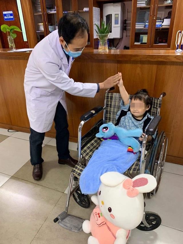 Bé gái 3 tuổi rơi từ tầng 12 rạng rỡ ngày xuất viện: Đây thực sự là niềm hạnh phúc quá lớn lao của gia đình - Ảnh 1.