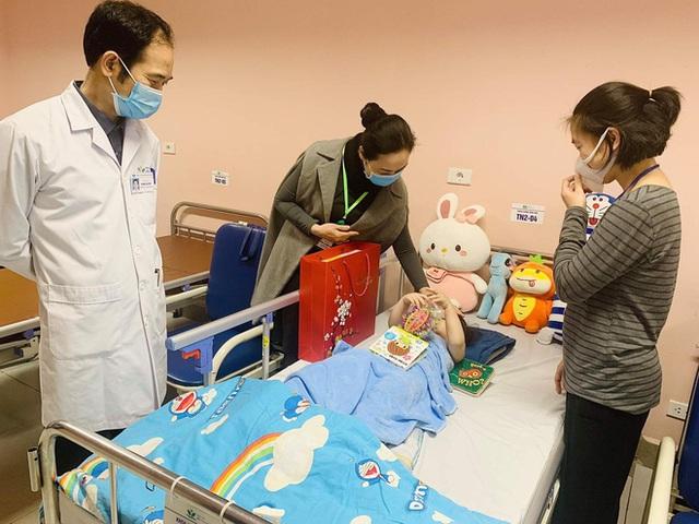 Bé gái 3 tuổi rơi từ tầng 12 rạng rỡ ngày xuất viện: Đây thực sự là niềm hạnh phúc quá lớn lao của gia đình - Ảnh 2.