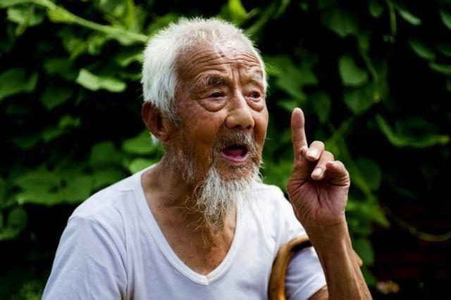 Cụ ông 113 tuổi trẻ như 80 tuổi, bí quyết trường thọ không phải là tập thể dục nhiều mà là hai điều này - Ảnh 1.