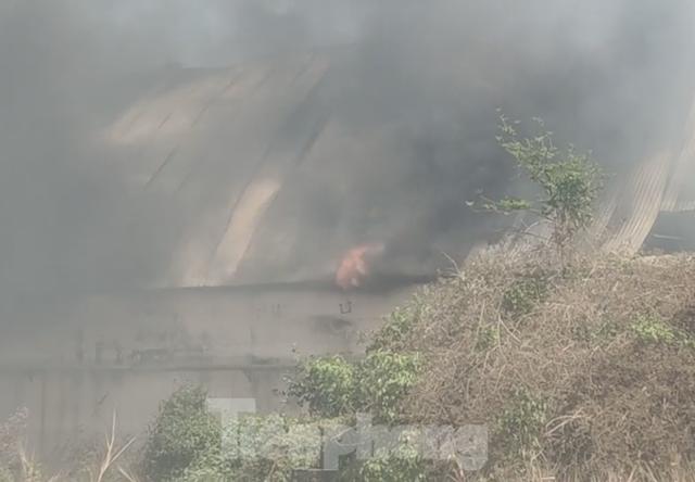 Khói lửa bao trùm nhà xưởng công ty may mặc ở Bình Dương - Ảnh 1.