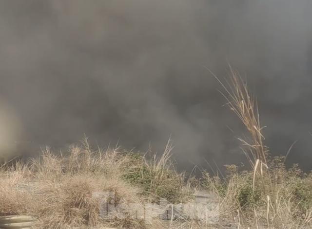 Khói lửa bao trùm nhà xưởng công ty may mặc ở Bình Dương - Ảnh 2.