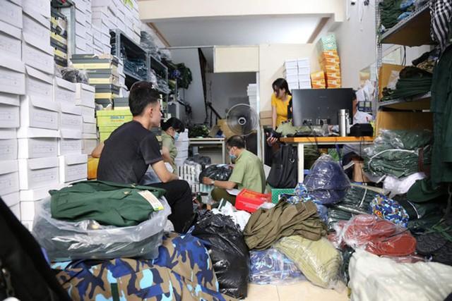 Mua trôi nổi hàng nghìn bộ quân phục về bán trái phép - Ảnh 1.