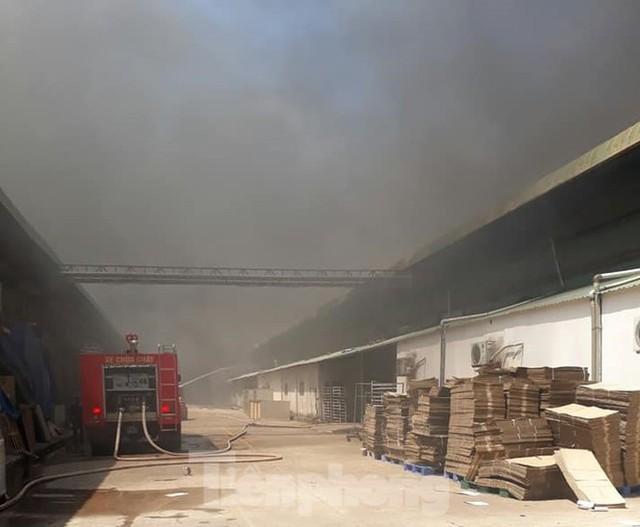 Khói lửa bao trùm nhà xưởng công ty may mặc ở Bình Dương - Ảnh 3.