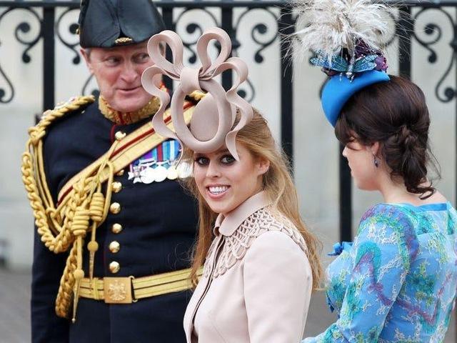Ai cũng phải trầm trồ trước những trang phục xa xỉ nhất các thành viên hoàng gia Anh từng diện: Nàng dâu tai tiếng Meghan Markle chiếm đa số - Ảnh 2.