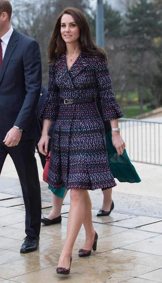 Ai cũng phải trầm trồ trước những trang phục xa xỉ nhất các thành viên hoàng gia Anh từng diện: Nàng dâu tai tiếng Meghan Markle chiếm đa số - Ảnh 8.