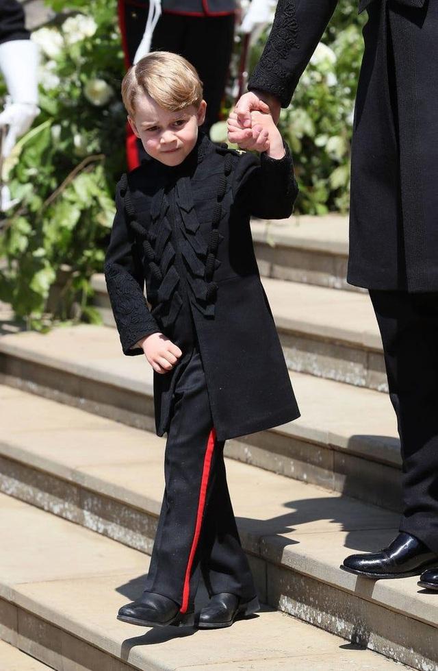 Ai cũng phải trầm trồ trước những trang phục xa xỉ nhất các thành viên hoàng gia Anh từng diện: Nàng dâu tai tiếng Meghan Markle chiếm đa số - Ảnh 10.