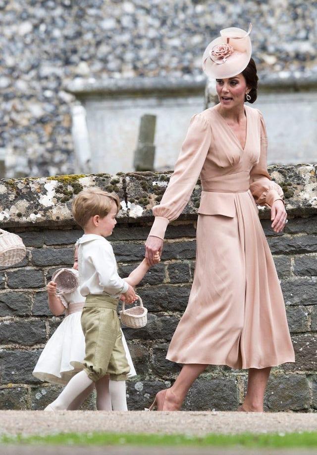 Ai cũng phải trầm trồ trước những trang phục xa xỉ nhất các thành viên hoàng gia Anh từng diện: Nàng dâu tai tiếng Meghan Markle chiếm đa số - Ảnh 13.