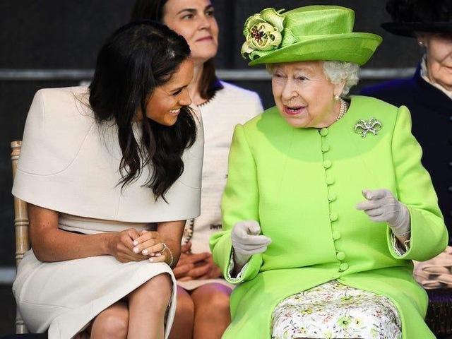 Ai cũng phải trầm trồ trước những trang phục xa xỉ nhất các thành viên hoàng gia Anh từng diện: Nàng dâu tai tiếng Meghan Markle chiếm đa số - Ảnh 14.
