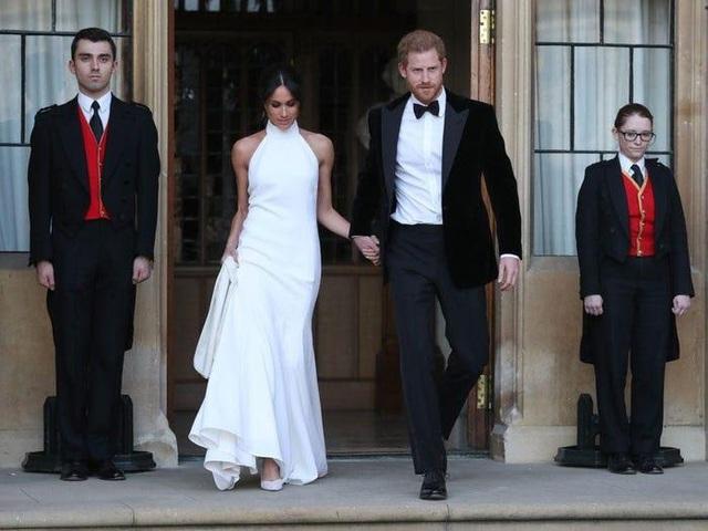 Ai cũng phải trầm trồ trước những trang phục xa xỉ nhất các thành viên hoàng gia Anh từng diện: Nàng dâu tai tiếng Meghan Markle chiếm đa số - Ảnh 16.