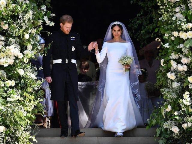 Ai cũng phải trầm trồ trước những trang phục xa xỉ nhất các thành viên hoàng gia Anh từng diện: Nàng dâu tai tiếng Meghan Markle chiếm đa số - Ảnh 17.