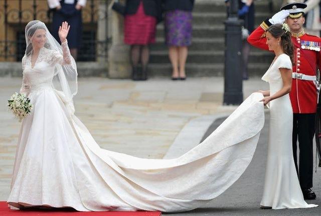 Ai cũng phải trầm trồ trước những trang phục xa xỉ nhất các thành viên hoàng gia Anh từng diện: Nàng dâu tai tiếng Meghan Markle chiếm đa số - Ảnh 18.
