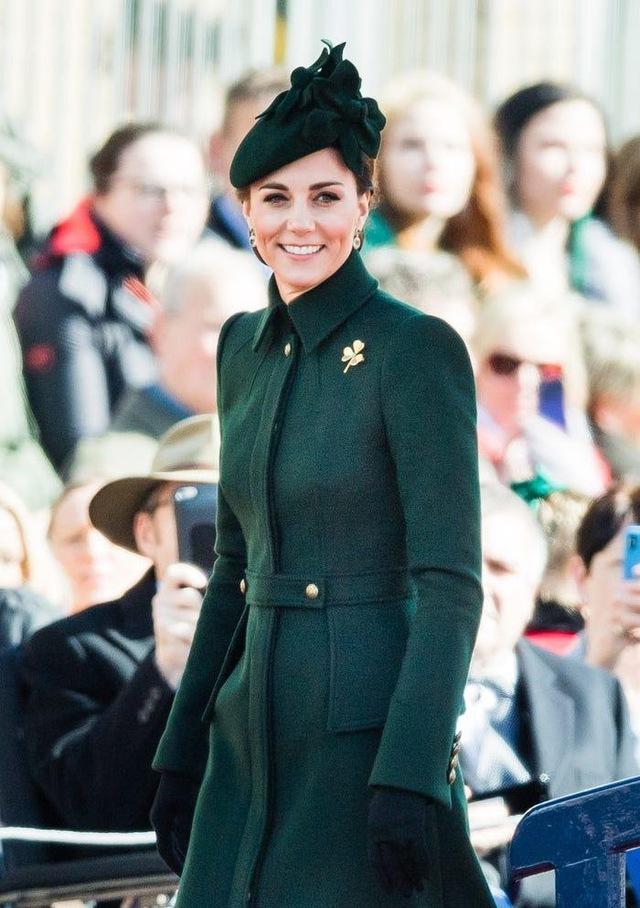 Ai cũng phải trầm trồ trước những trang phục xa xỉ nhất các thành viên hoàng gia Anh từng diện: Nàng dâu tai tiếng Meghan Markle chiếm đa số - Ảnh 4.