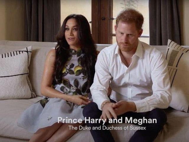 Ai cũng phải trầm trồ trước những trang phục xa xỉ nhất các thành viên hoàng gia Anh từng diện: Nàng dâu tai tiếng Meghan Markle chiếm đa số - Ảnh 3.