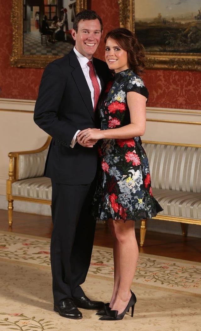 Ai cũng phải trầm trồ trước những trang phục xa xỉ nhất các thành viên hoàng gia Anh từng diện: Nàng dâu tai tiếng Meghan Markle chiếm đa số - Ảnh 6.