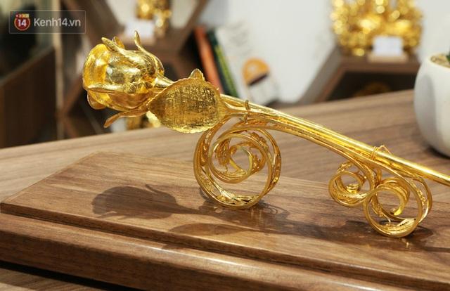 Cận cảnh hoa hồng đúc vàng giá 330 triệu đồng được đại gia Hải Phòng mua làm quà tặng ngày 8/3 - Ảnh 1.