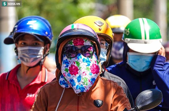 [ẢNH] Đường Sài Gòn nóng như thiêu, người dân vật vã tránh nóng ở góc cây, gầm cầu - Ảnh 2.